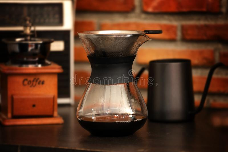 Kaffedroppande i coffee shop royaltyfria foton