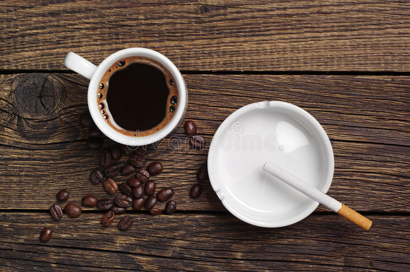 Kaffee, Aschenbecher und Zigarette lizenzfreies stockfoto
