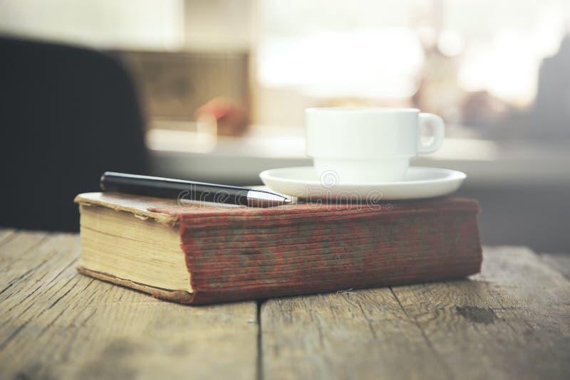 Kaffee auf Buch stockfoto