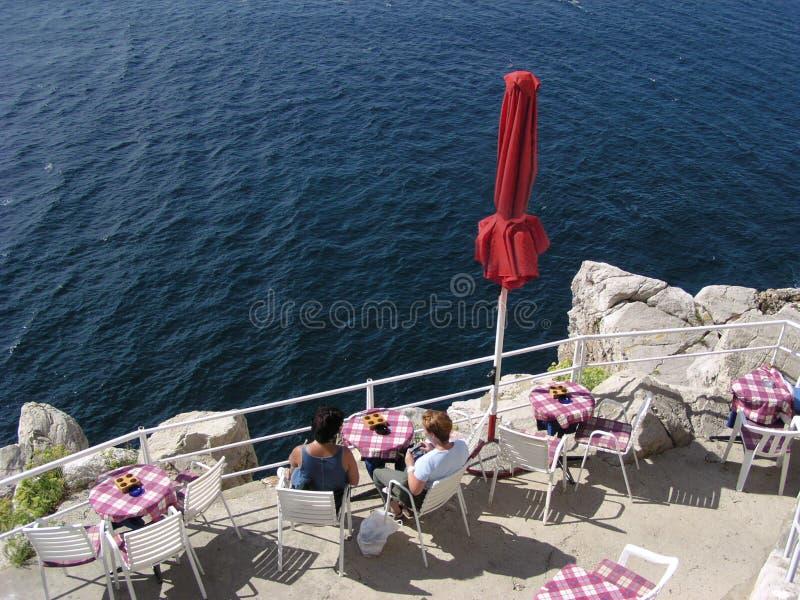 Kaffee auf dem Rand (Kroatien) lizenzfreie stockfotos