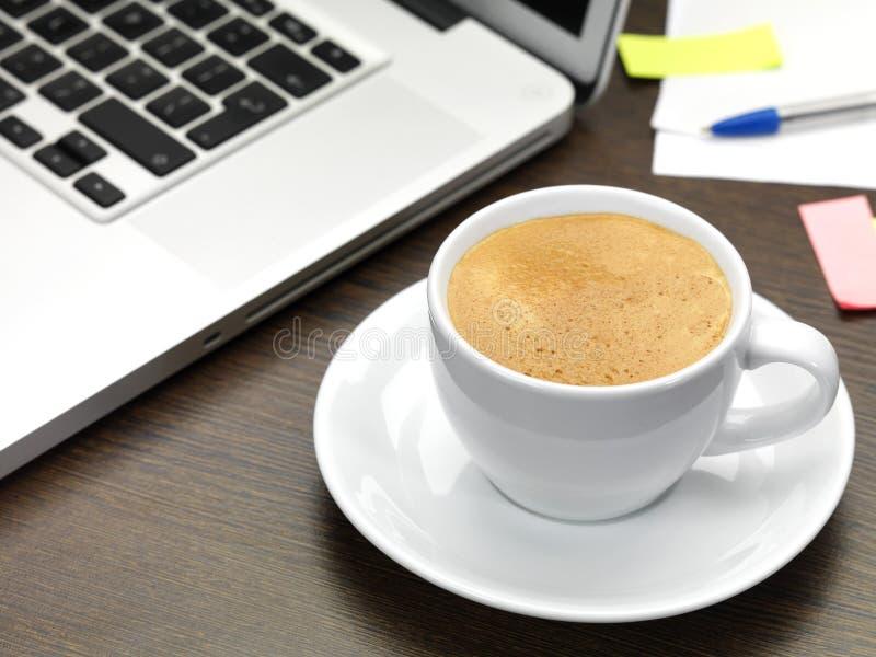 Kaffee auf einem Schreibtisch lizenzfreies stockfoto