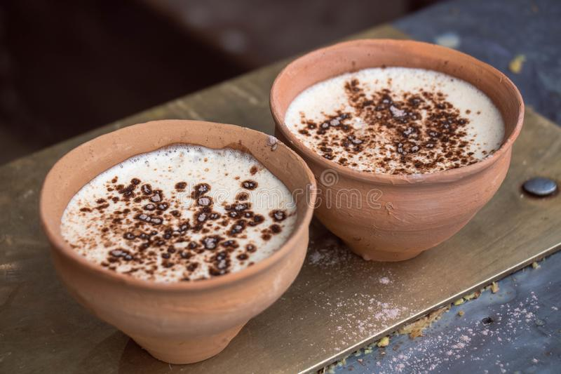 Kaffee auf Inder Clay Cup - Kulhad stockbild