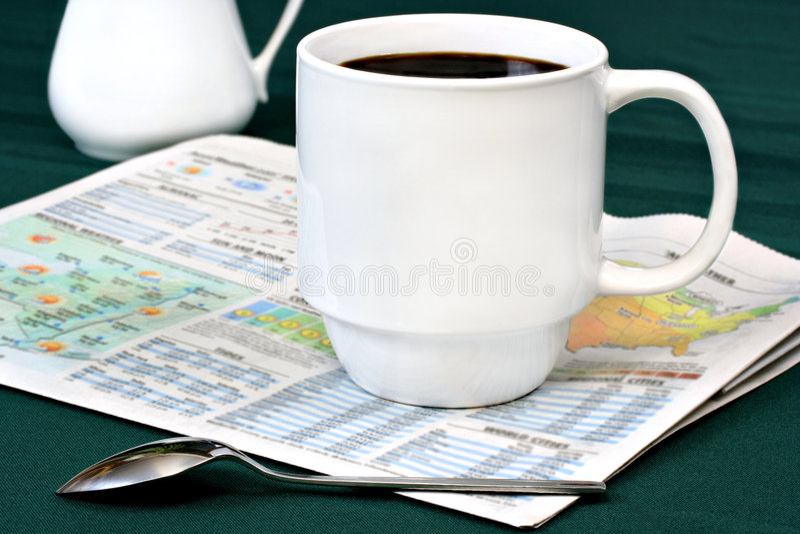 Kaffee auf Zeitungs-Wetter-Kapitel stockbild