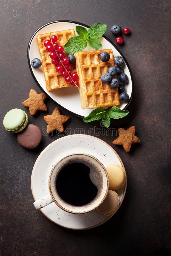 Kaffee, Bonbons und Waffeln mit Beeren lizenzfreies stockbild
