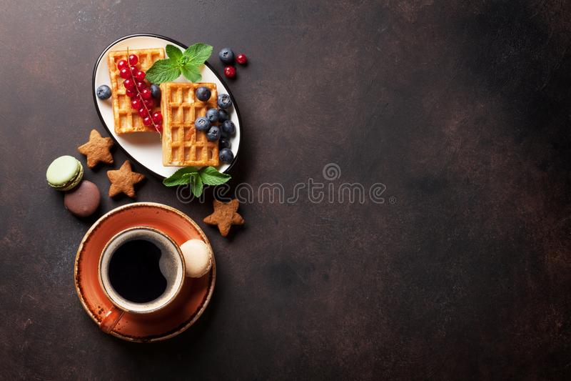 Kaffee, Bonbons und Waffeln mit Beeren lizenzfreie stockfotografie