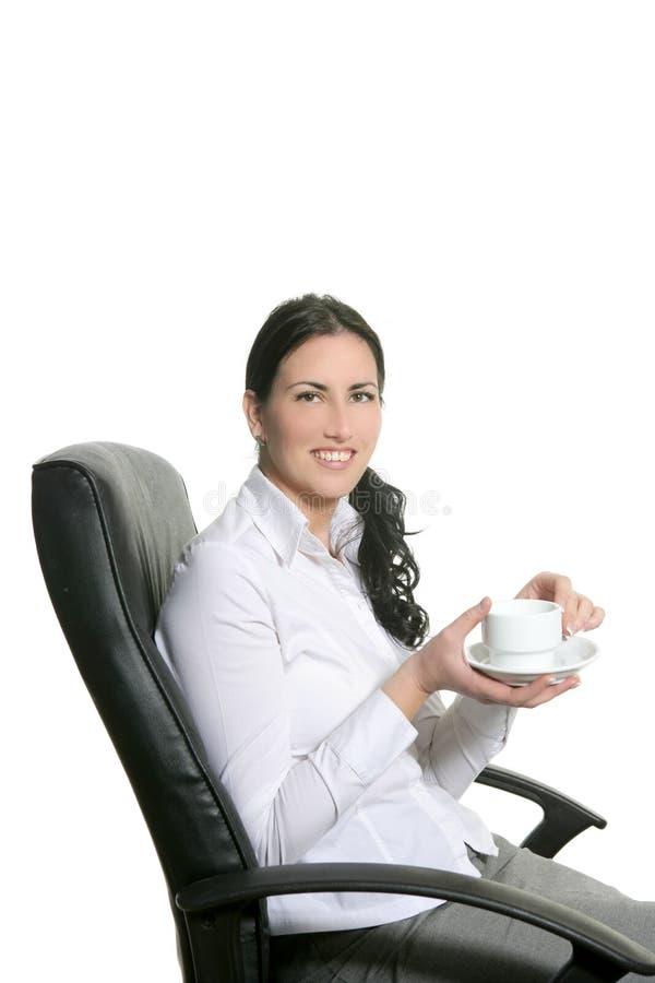 Kaffee breack Frauenbüro sitzen Stuhl lizenzfreie stockfotografie