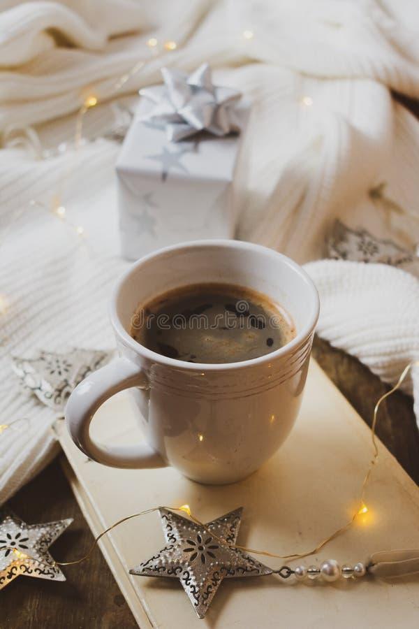 Kaffee, Buch, Zug der frohen Weihnachten und Dekorationen auf einem hölzernen Hintergrund lizenzfreies stockbild
