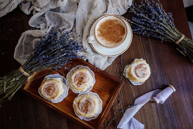 Kaffee, cinnabon und Lavendel stockfoto