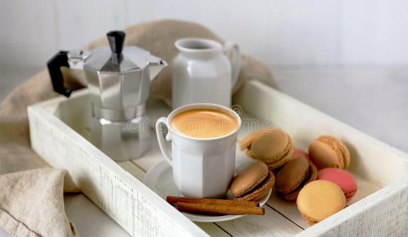 Kaffee-Cup auf einem weißen Holzbrett, Aroma, Kaffeekanne, Macaroons, Milchmann, Zimt, Frühstück, weiß, braun lizenzfreies stockbild