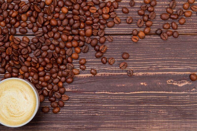 Kaffee-Cup mit Schaumstoff auf Holz und freier Platz für Text stockbilder
