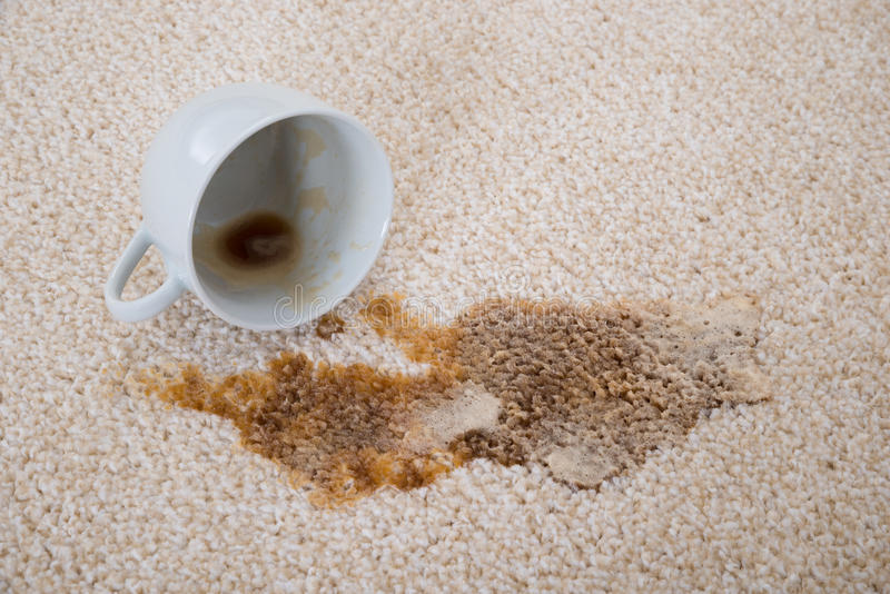 Kaffee, der auf Teppich verschüttet wird stockbilder