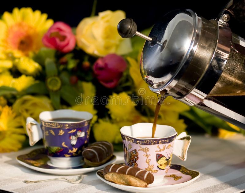 Kaffee, der aus Franzose-Presse ausläuft lizenzfreie stockfotos