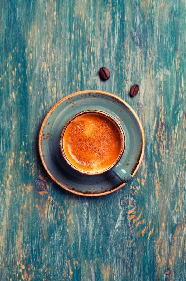 Kaffee in der blauen Schale lizenzfreies stockfoto