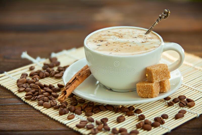 Kaffee in der Kaffeetasse mit natürlichen Körnern stockbild