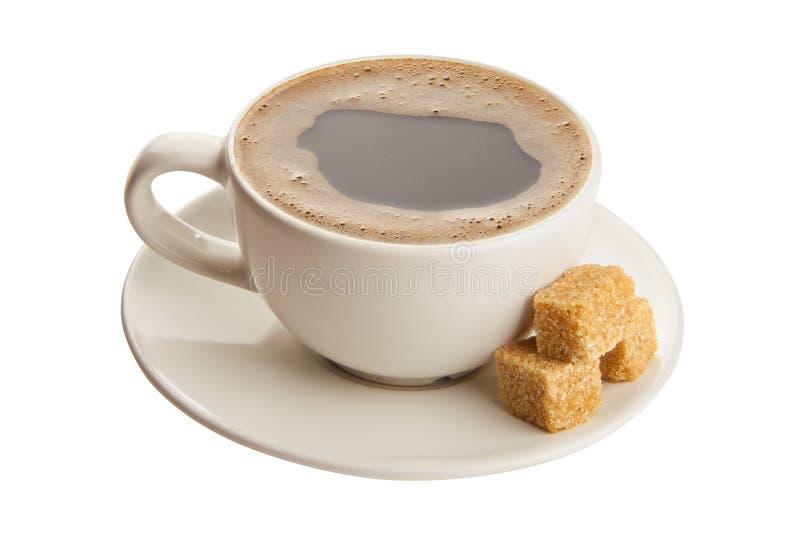 Kaffee in der Kaffeetasse mit natürlichen Körnern stockfotografie