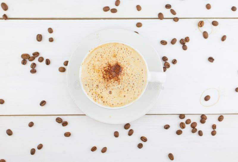 Kaffee in der Kaffeetasse mit natürlichen Körnern lizenzfreie stockfotos