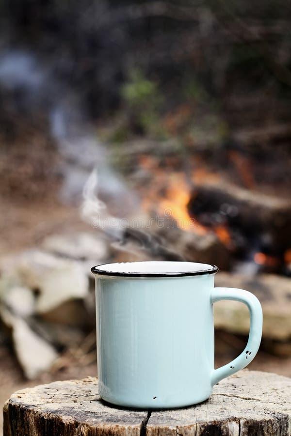 Kaffee durch ein Lagerfeuer stockfotografie