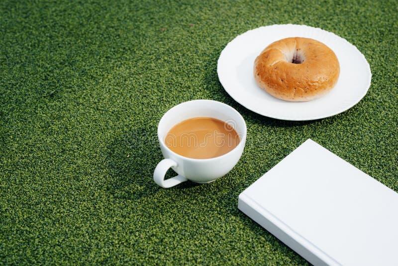 Kaffee, ein gutes Buch und Brot für einen guten Morgen in der Cafeteria stockfoto