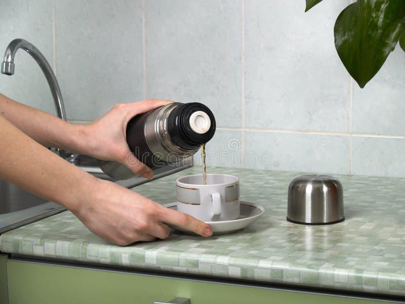 Kaffee in einem Thermos lizenzfreie stockfotos