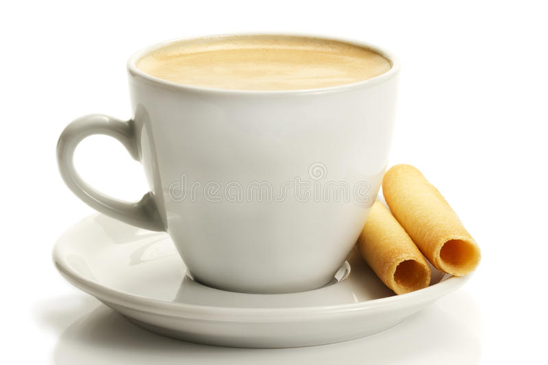 Kaffee in einem weißen Cup mit gerollten Plätzchen stockbild