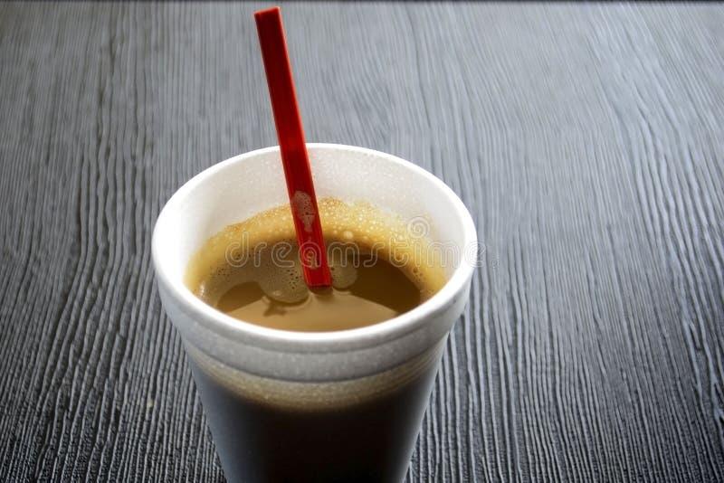 Kaffee in einer Wegwerfschale lizenzfreie stockfotos