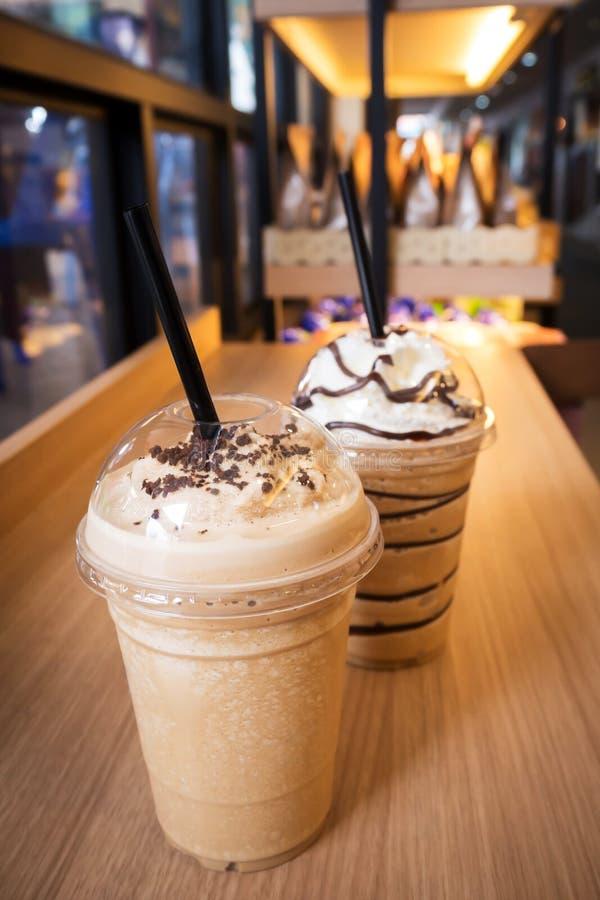 Kaffee frappe in der Plastikschale Favorit für Kaffeeliebhaber In der Caféansicht lizenzfreies stockfoto