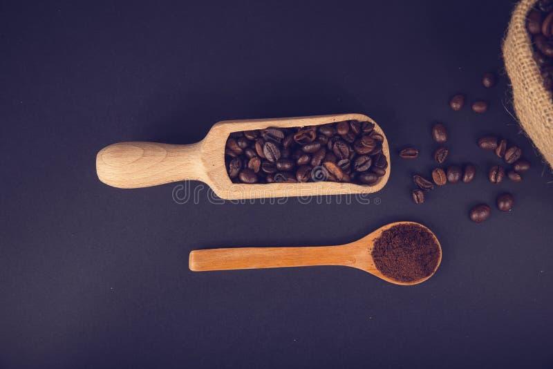 Kaffee geerdet und Bohnen stockfotografie