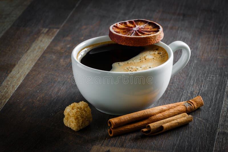 Kaffee, getrocknete Orange, Zimt, Zucker stockbilder