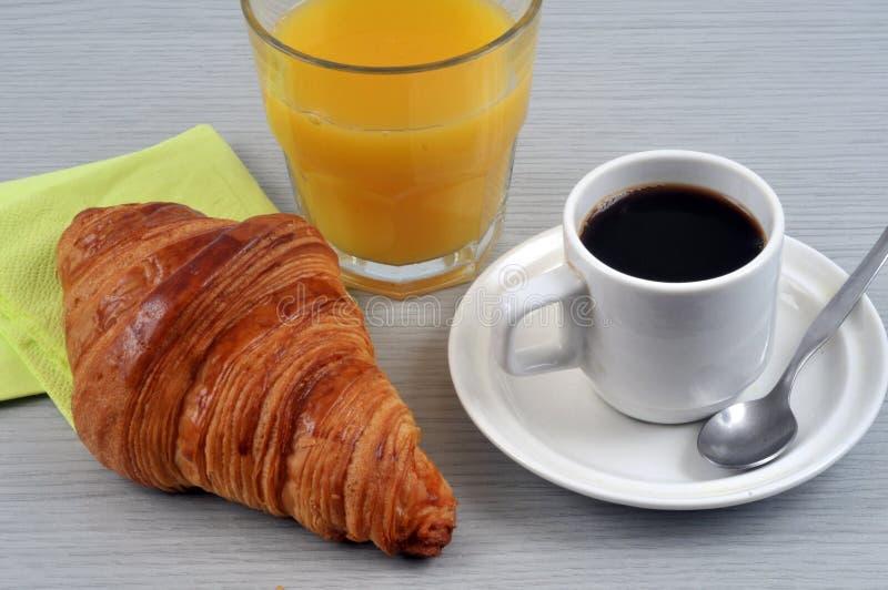 Kaffee, Hörnchen und Orangensaft stockbilder