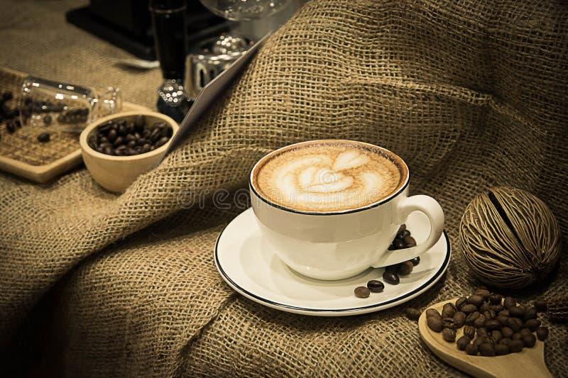 Kaffee heiß in der Schalenklassikerart lizenzfreie stockfotografie