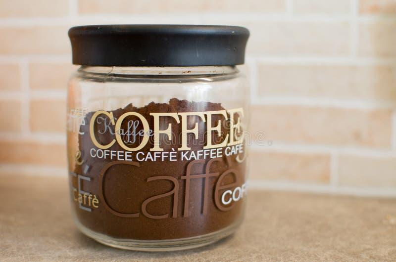 Kaffee im Glasbehälter stockbild