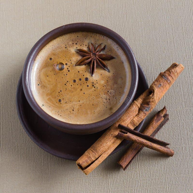 Kaffee, Kaffeebohnen, Gewürze, Sternanis, Zimt, Zucker, Segeltuch lizenzfreie stockfotografie