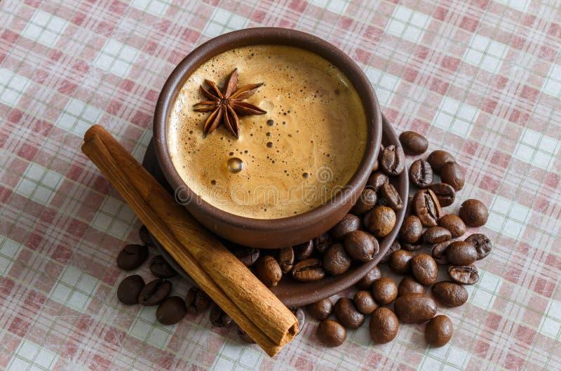 Kaffee, Kaffeebohnen, Gewürze, Sternanis, Zimt, Zucker, Segeltuch lizenzfreie stockbilder