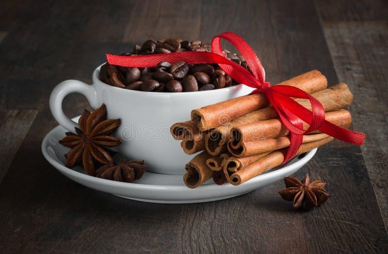 Kaffee, Kaffeebohnen, Gewürze, Sternanis, Zimt, Zucker, Segeltuch stockfotografie