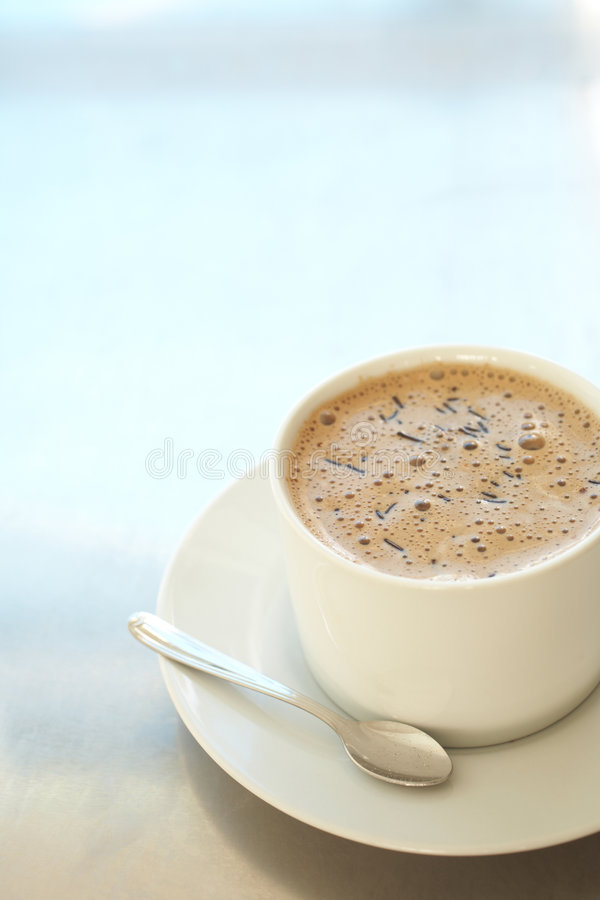 Kaffee latte in der Kaffeetasse lizenzfreies stockfoto