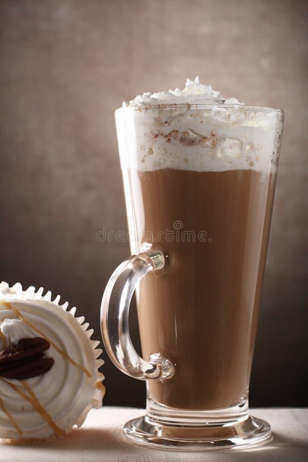 Kaffee Latte im hohen Glas mit Cupkuchen stockfotografie
