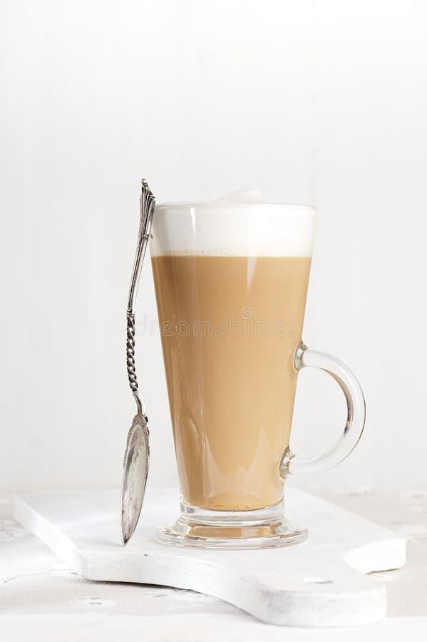 Kaffee latte mit schaumiger Milch im hohen Glas lizenzfreie stockbilder