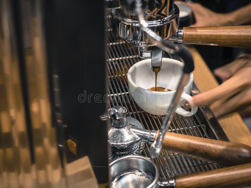Kaffee-Maschine, die Espressoschuß Café-Restaurant macht stockfotografie
