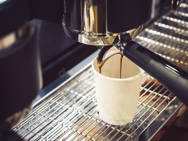 Kaffee-Maschine, die Espressoschuß Café-Restaurant macht lizenzfreie stockfotos