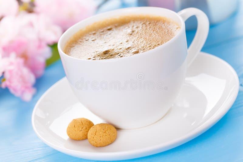 Kaffee mit amarettini lizenzfreies stockbild