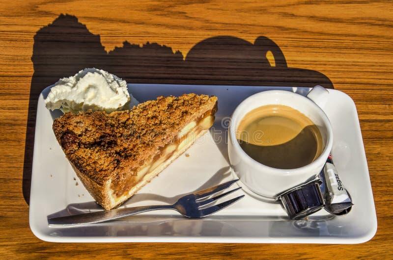Kaffee mit Apfelkuchen stockfoto