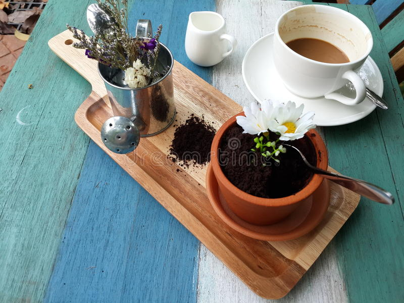 Kaffee mit dem Kuchen stockbild