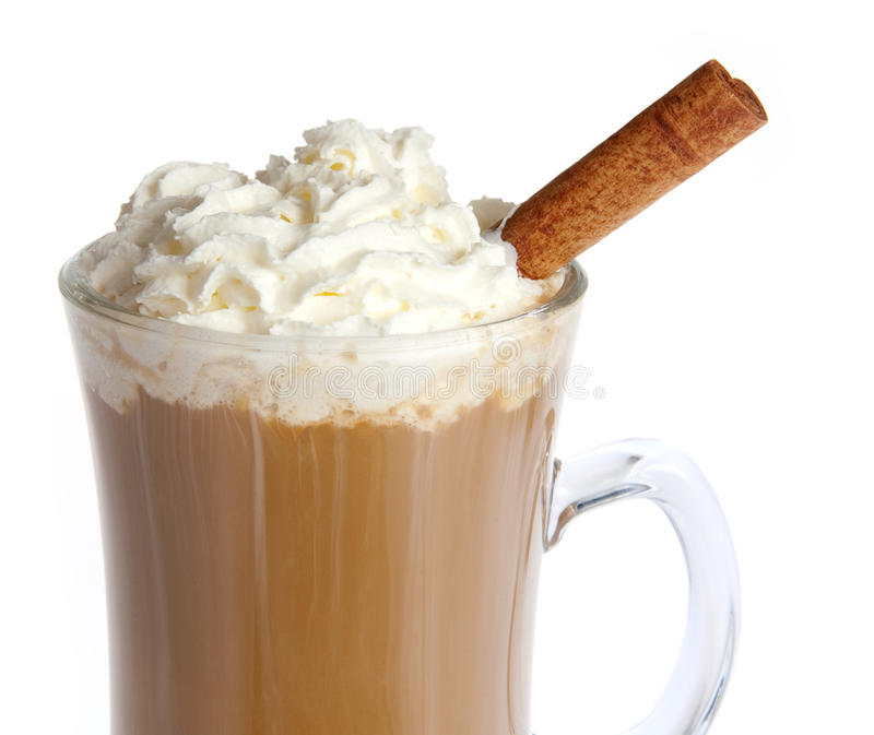 Kaffee mit der gepeitschten Sahne getrennt lizenzfreie stockfotografie