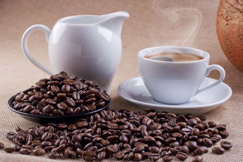 Kaffee mit Dose Milch stockfoto