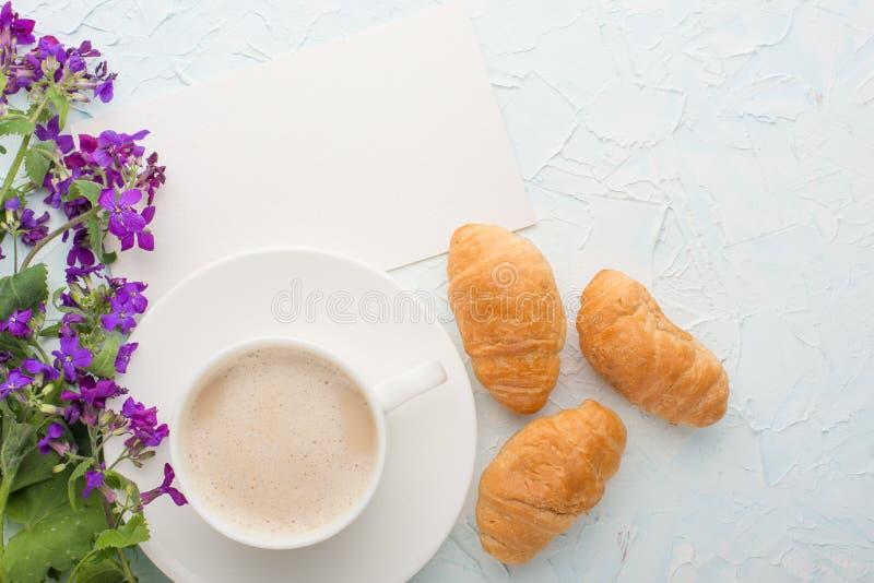 Kaffee mit Draufsicht der Blumen und der Hörnchen, mit leerem Raum für die Kennzeichnung oder die Werbung stockfoto