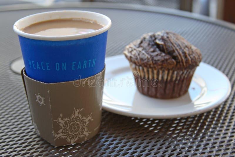 Kaffee mit einem Muffin lizenzfreie stockbilder