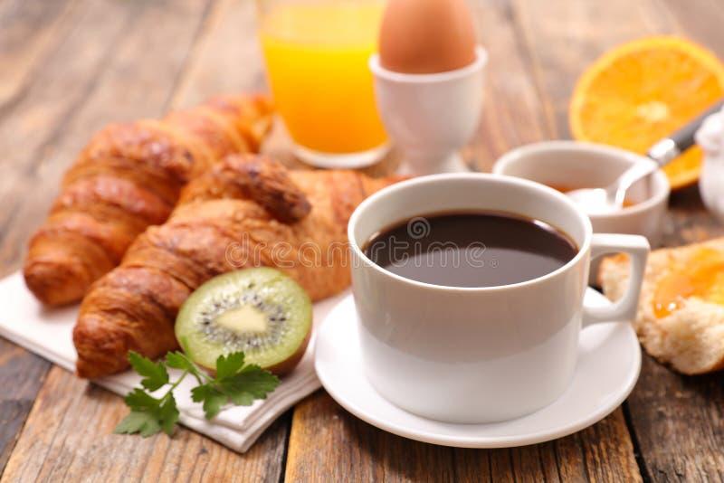 Kaffee mit Hörnchen lizenzfreies stockbild