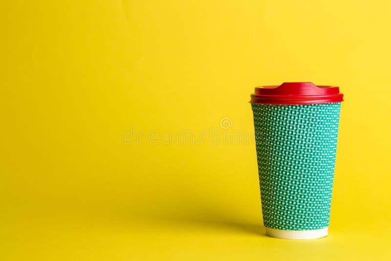 Kaffee mit Ihnen in einer Wegwerfschale lizenzfreies stockbild