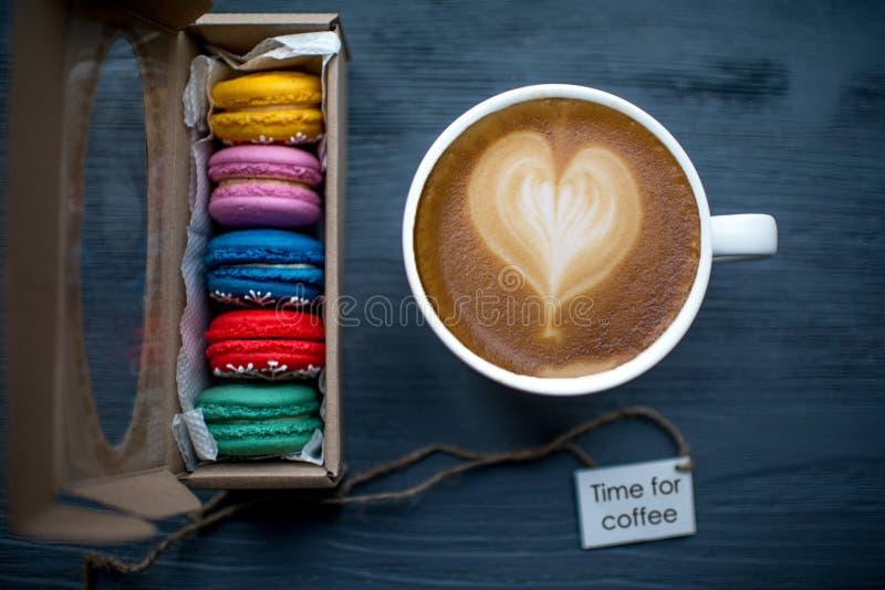Kaffee mit Makronen lizenzfreie stockfotos