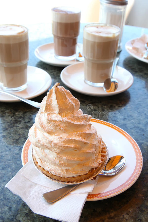Kaffee mit Meringekuchen stockfotografie